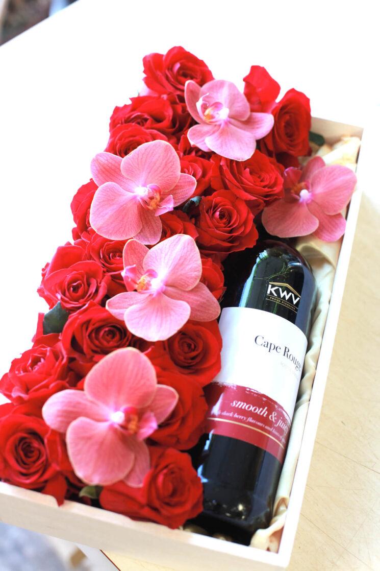 ワインとフラワーアレンジメントの画像