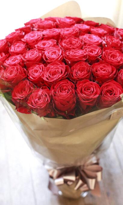 赤いバラの花束の画像